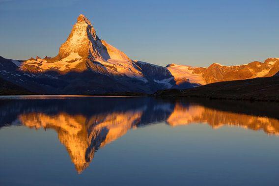 Magische zonsopgang op de Matterhorn bij Zermatt in Zwitserland van Menno Boermans