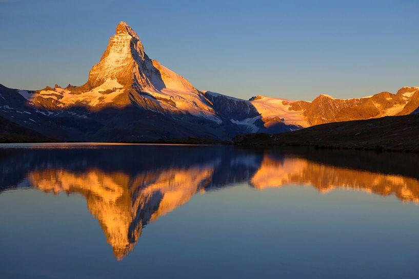 Magische Sonnenaufgang auf das Matterhorn von Menno Boermans