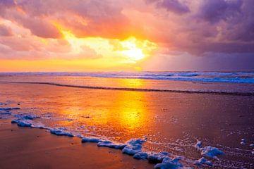Prachtige zonsondergang aan de Noordzee in Nederland von Nisangha Masselink