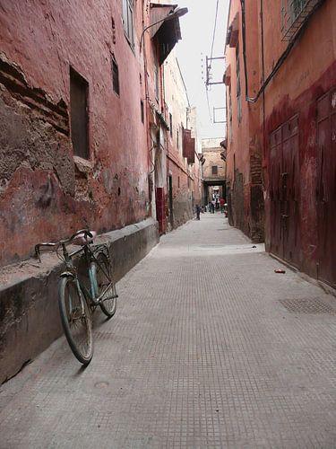 Straatje in de buitenwijk van Marrakesh in Marokko. van Gonnie van de Schans