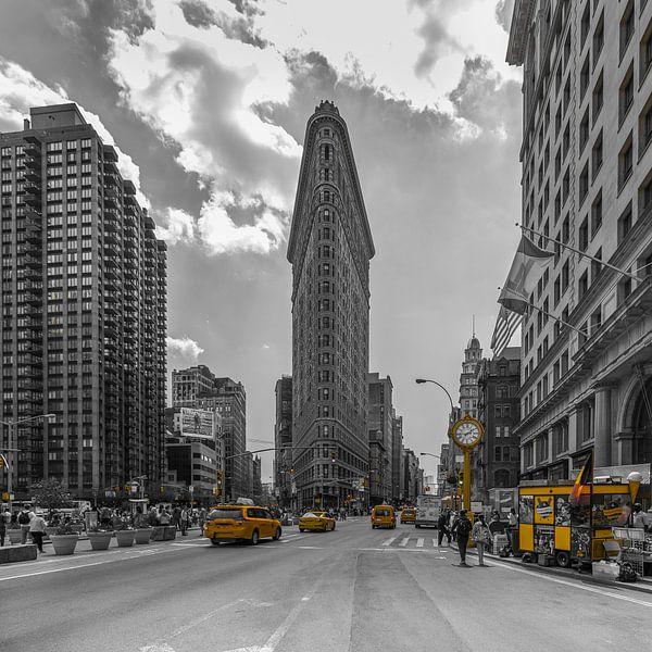New York - Flatiron Building and Yellow Cabs van Tux Photography