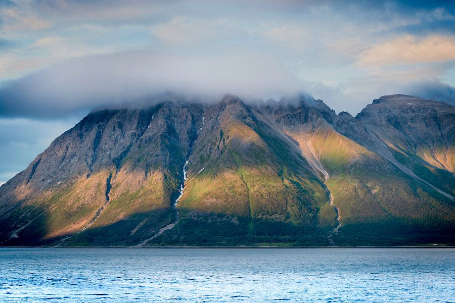 Mountain with cloud van Gerard Wielenga