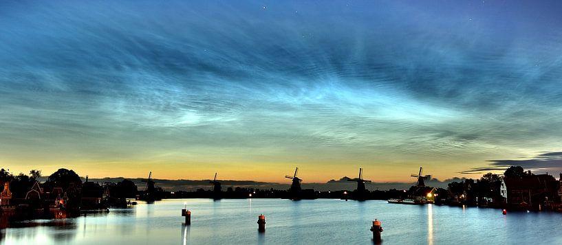 Lichtende Nachtwolken, Zaanse Schans. van Patrick Hartog
