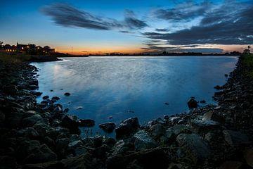 Blauw uurtje aan de rivier de Lek bij Ameide von Jesse de Boom