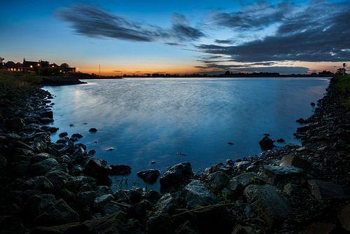 Blauw uurtje aan de rivier de Lek bij Ameide van