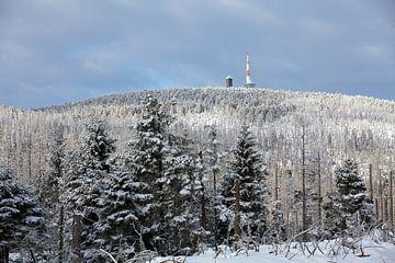 Blick auf den Brocken (Harz) mit Wetterstation und Brockenhaus von t.ART