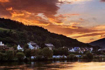 Moezel zonsondergang wolken achter de heuvels sur Dennis van de Water