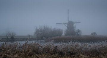 Mühle im Winter Morgennebel von Toon van den Einde