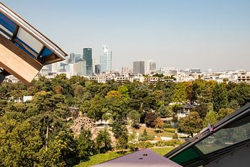 Blick auf Paris La Défense von der Stiftung Louis Vuitton von Marianne van der Zee