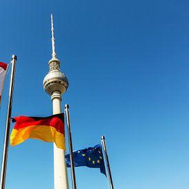 Televisietoren Berlijn met Berlijn, Duitsland en EU-vlaggen van Frank Herrmann