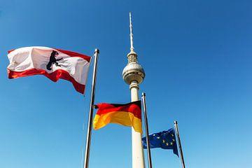 Tour de télévision de Berlin avec les drapeaux de Berlin, de l'Allemagne et de l'UE