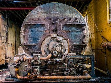 Maschine (Lakai) in verlassener Fabrikhalle, Belgien von Art By Dominic