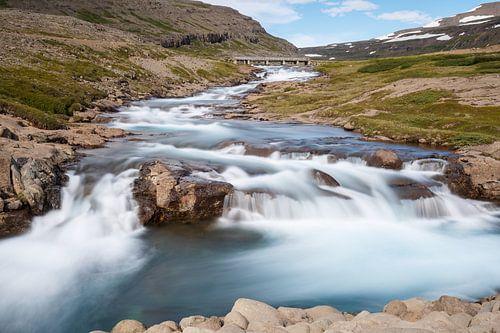 Waterval in de westfjorden van IJsland van