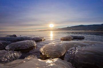 Blaues Eis, das an der Küste gefriert, und blaues Wasser von Michael Semenov