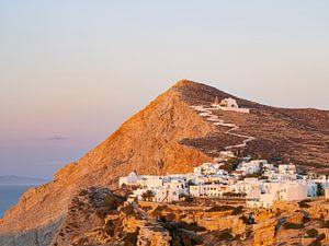 Zonsondergang bij het dorpje Chora op het eiland Folegandros, Griekenland van Teun Janssen
