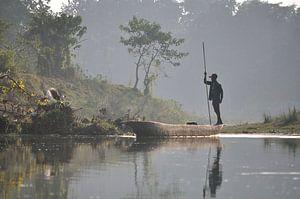Een man en zijn boot (Chitwan, Nepal) van Wiljo van Essen