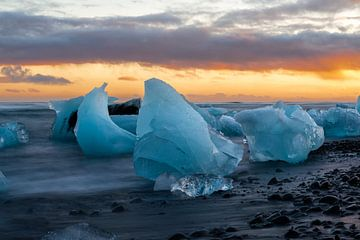 Aan het strand bij het ijsbergenmeer Jokulsarlon in Zuid IJsland