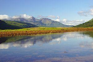 Glen Etive coloré en Ecosse avec le reflet des montagnes dans la rivière.
