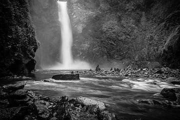 Krachtige waterval door regenval nabij Banaue (Filipijnen) in zwart-wit van Laurens Coolsen