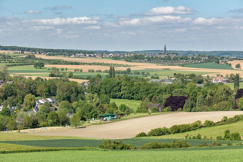 Uitzicht op kerkdorpje Vijlen van John Kreukniet