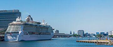 Kreuzfahrtschiff am Terminal Amsterdam von Peter Bartelings