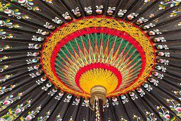 Bunter handgefertigter indonesischer Regenschirm von Marc Venema