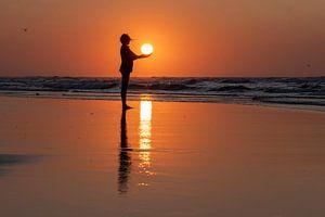 Vrouw met de zon in haar handen