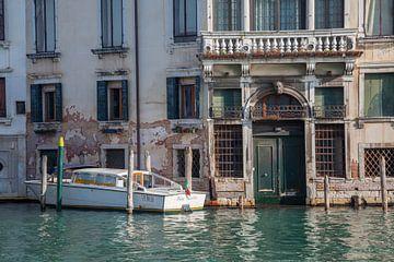 Bâtiments anciens et bateau sur le canal dans la vieille ville de Venise, Italie sur Joost Adriaanse