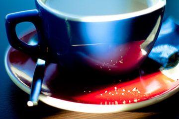Close-up van koffiekopje en suikerkorreltjes von André van Bel