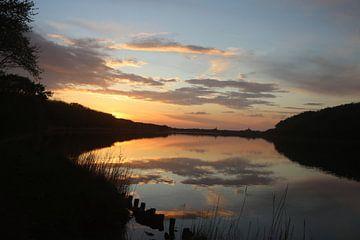 Prachtige reflectie van wolken op het water van Wendy Hilberath