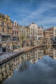 Gracht in Utrecht op de vroege morgen in het vroege voorjaar. van
