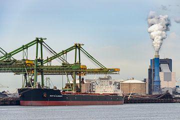 Bulk vrachtschip gevuld met kolen in de haven van Rotterdam van Sjoerd van der Wal