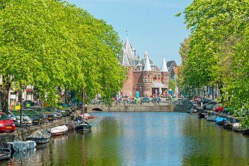 Stadsgezicht in Amsterdam met het Waag gebouw op de Nieuwmarkt van Nisangha Masselink