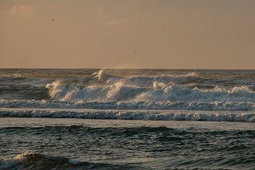 Raue Wellen auf der Nordsee von Arie Jan van Termeij