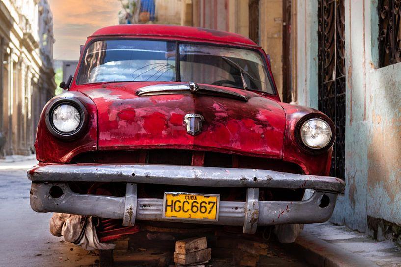 Klassieke roestige Ford Custom Line 1953 in de straat van Havana, Cuba van Jan van Dasler