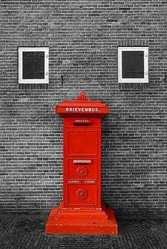 Roter Briefkasten Wand in schwarz weiß von