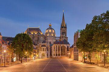 La cathédrale d'Aix-la-Chapelle en soirée sur Michael Valjak