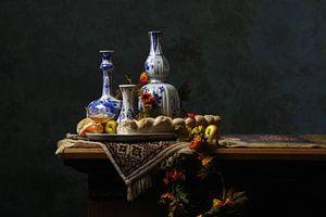 Nature morte en bleu de Delft avec du pain et des fruits sur Watze D. de Haan
