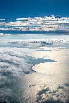 Wolken, land en zee van