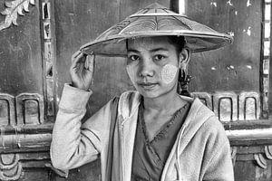 MANDELAY, MYANMAR, DECEMBER 13, 2015 - Meisje in Mandelay met traditionele kap uit Myanmar. One2expo