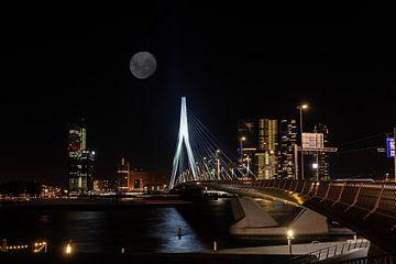 Maan boven de Erasmusbrug bij nacht van