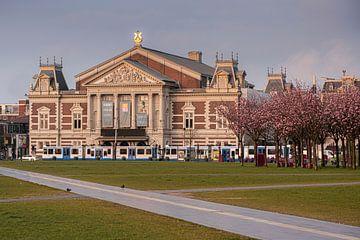 Het concertgebouw met tram van Thea.Photo