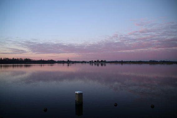 Zonsondergang in paarse gloed reflecteert over de Rottemeren in Zevenhuizen