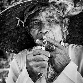 Portret Indonesische man met sigaret van Ellis Peeters