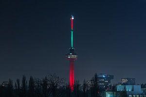 De Euromast in Rotterdam in de kleuren rood en groen