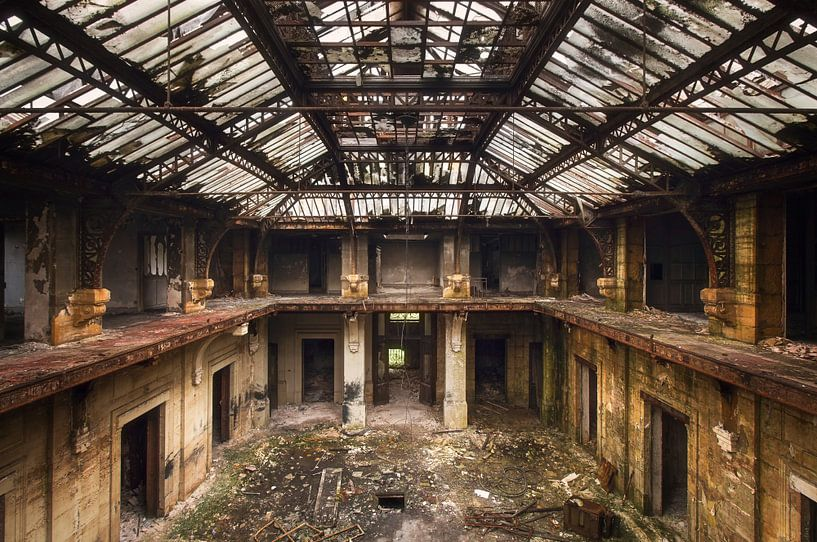 Grote Hal in Verval. van Roman Robroek