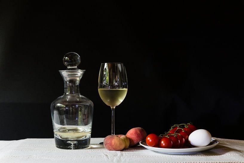 Stilleven met wijnkaraf, wilde perzik, tomaatjes en eieren. van Anneke Hooijer