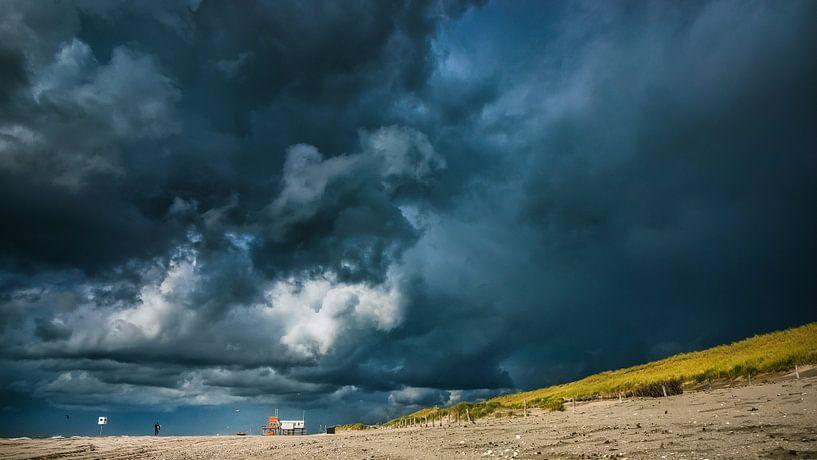 Dreigende wolken boven de noordzeekust van Fotografiecor .nl