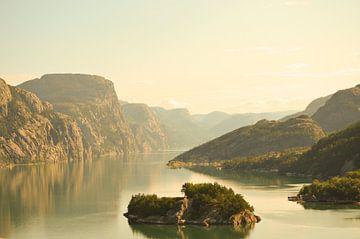 Fjord am Morgen von Gerben van den Hazel