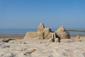 Château de sable sur la côte de la mer Baltique